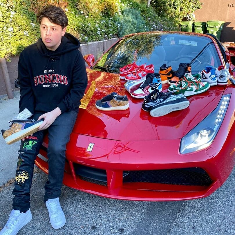 Sneaker Reseller auf einem roten Ferrari