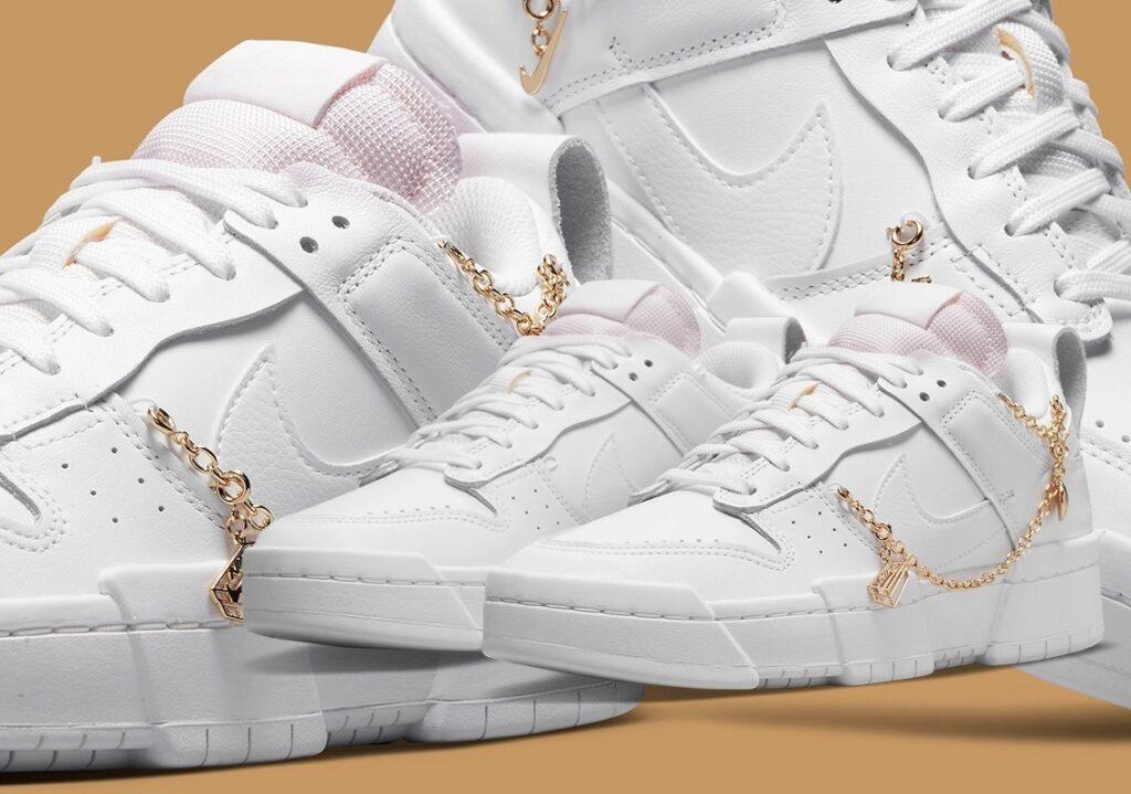 Nike Dunk Disrupt Gold Charms mit goldenen Ketten und pinker Sohle auf braunen Hintergrund